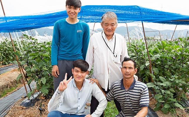 奈良の自社畑では、イチゴや茄子の生産、海外留学生の人材育成なども行っています。