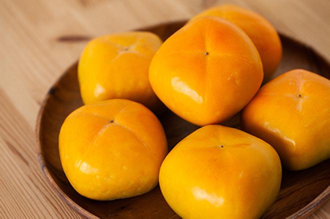 """秋の味覚の代表である柿。栄養価も高い""""旬""""のものを楽しんでいただきたいという願いも込めながら、丁寧に作業を行っています。"""
